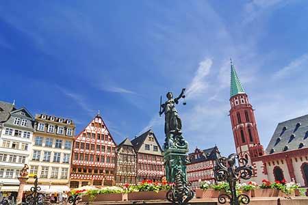 De oude binnenstad van Frankfurt, een groot contrast met de Mainhattan hoge kantoorgebouwen.