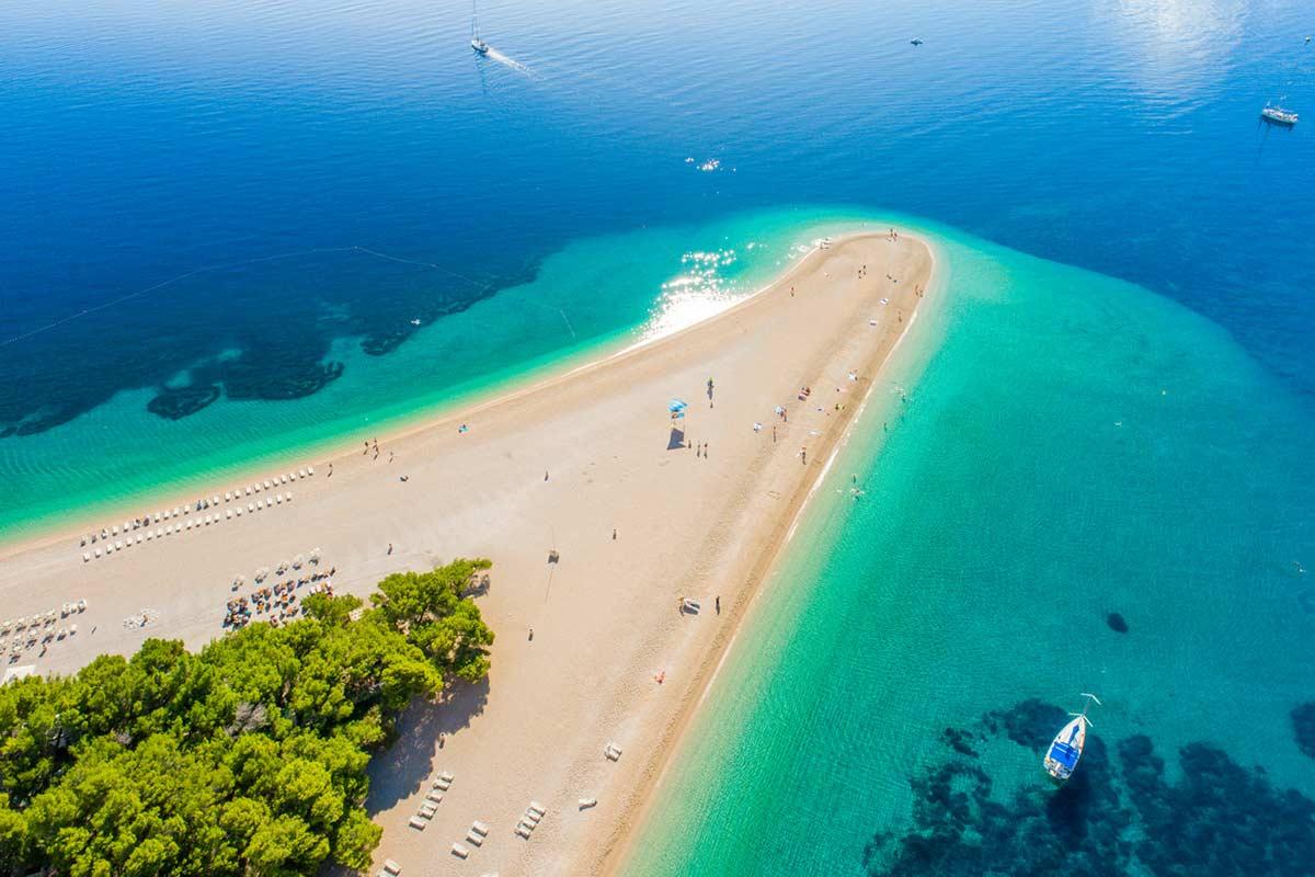 Zalig strand: Zlatni Rat bij Bol op het eiland Brač in Kroatie.